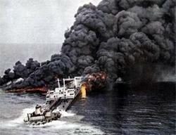 Горит нефть, вылившаяся из потерпевшего аварию танкера